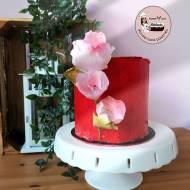 Tort czerwony z kwiatami jadalnymi