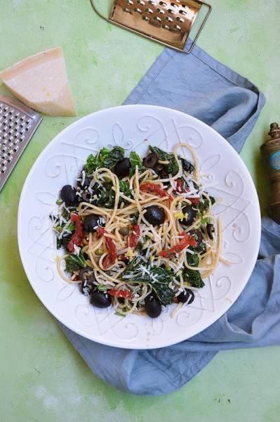 Spaghetti z jarmużem, suszonymi pomidorami i oliwkami