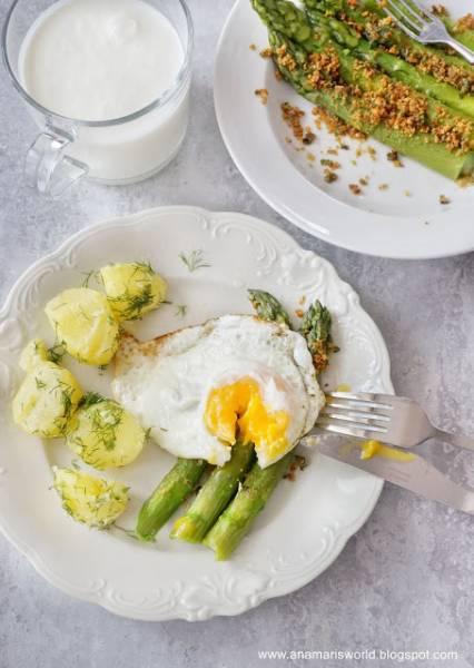 Szparagi z bułką tartą, jajkiem sadzonym i ziemniakami