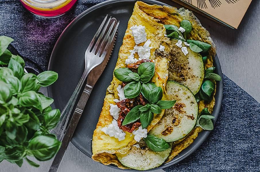 Omlet z cukinią i serem feta