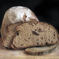 Chleb pszenno-żytni (75/25) z kolendrą, ciemnym słodem i rodzynkami/orzechami