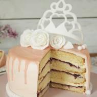 tort z koroną na cieście ucieranym