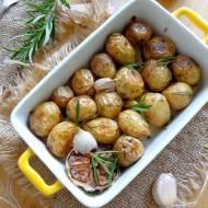 Młode ziemniaczki pieczone z rozmarynem i czosnkiem