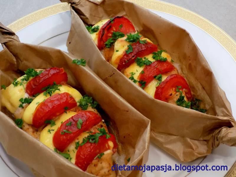 Filet z pomidorem i serem, pieczony w papierze