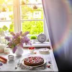 Puszyste i wilgotne ciasto z rabarbarem i truskawkami- bez jajek!