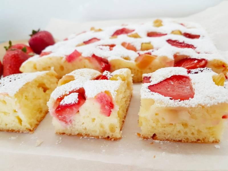 Ekspresowe ciasto z truskawkami i rabarbarem