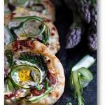 Mini pizza z ricottą, szparagami  i przepiórczym jajem