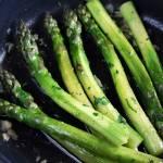 Zielone szparagi z masłem i czosnkiem (z patelni)