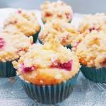 Szybkie muffiny z rabarbarem i kruszonką