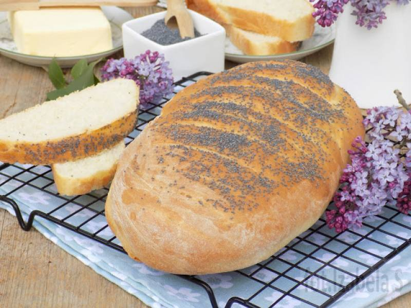 Drożdżowy chleb z makiem i mąką krupczatką