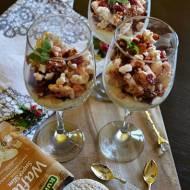 Deser jogurtowy z bakaliami i waflami ryżowymi.