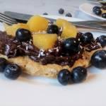 Omlet owsiany z kremem czekoladowym i owocami