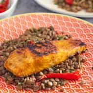 Łosoś w marynacie curry na soczewicy. Obiad z rybą w orientalnym stylu. PRZEPIS