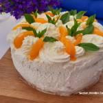 Tort śmietanowy z brzoskwiniami i kajmakiem