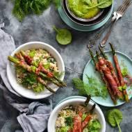 Szparagi grillowane w szynce parmeńskiej z risotto z zielonym groszkiem i szpinakiem.