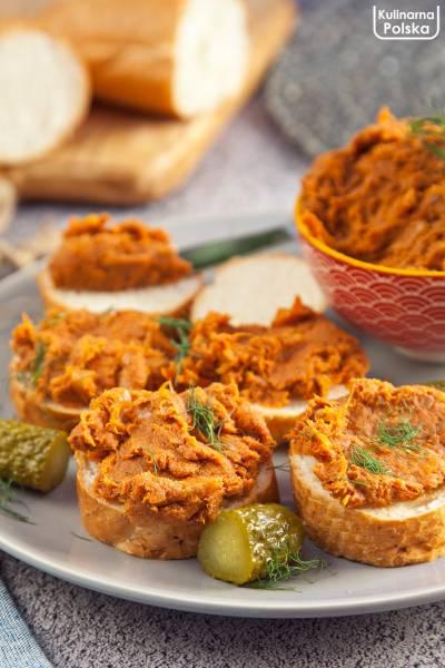 Domowa sałatka pikantna z makreli do chleba. PRZEPIS
