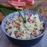 Sałatka ryżowa z paluszkami krabowymi
