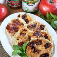 Mini omlety z pesto bazyliowym i suszonymi pomidorami