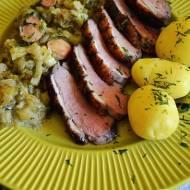 Bazyliowa pierś z kaczki podana ze swieżą kapustą i młodymi ziemniakami.