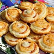 Ślimaczki z ciasta francuskiego z serem i boczkiem