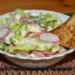 Kolorowa sałatka z mozarellą i tostami