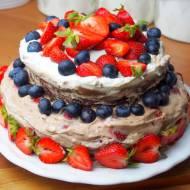 Tort czekoladowy z bitą śmietaną, nutellą i truskawkami