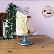 Tort z dekoracją z białej czekolady