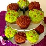 Kolorowe babeczki z kremem i owocami