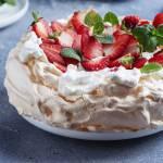 Tort bezowy z serkiem mascarpone – idealny tort na urodziny