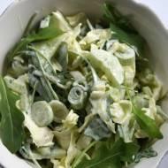 Zielona surówka z młodej kapusty, ogórka i rukoli