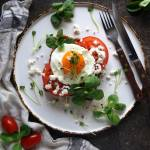 Śniadanie mistrzów - wytrawne pełnoziarniste gofry z sadzonym jajkiem i kozim serem