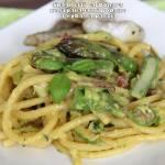 Spaghetti carbonara ze szparagami podane z rybą na parze
