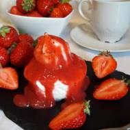 Lodowe babeczki bezowo-śmietankowe z sosem truskawkowym