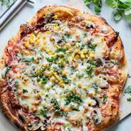 Domowa pizza z kukurydzą i szynką