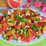 Letnia sałatka z grejpfrutem, kukurydzą i nutą orzecha