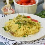 Spaghetti ze szparagami i sezamem w sosie śmietanowo-jajecznym