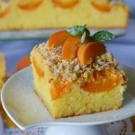 Kefirowe ciasto z morelami i kukurydzianą kruszonką