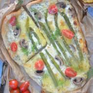 Pizza na cienkim cieście z białym sosem i szparagami
