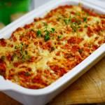 """Zapiekanka """"Gołąbkowa"""" z ryżem, mięsem mielonym i sosem pomidorowym"""