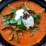 Zupa krem pomidorowa z szpinakiem i jogurtem – przepis idealny w diecie odchudzającej