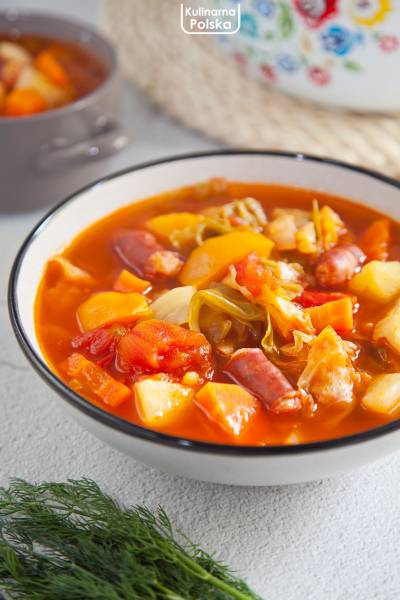Pikantny kapuśniak z młodej kapusty. Konkretna zupa z dużą ilością warzyw. PRZEPIS