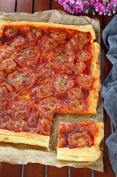 Tarta z ajvarem, salami, pomidorami i mozzarellą