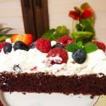 Ciasto czekoladowe z masą śmietanową i owocami