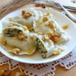 Pierogi z gruszkami, rukolą, serem pleśniowym i orzechami włoskimi