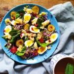 Sałatka z ogórkiem małosolnym, przepióryczymi jajkami, smażonym serem i quinoą