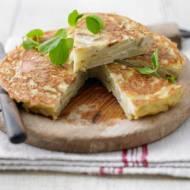 Tortilla de patatas. Prosty i smaczny hiszpański omlet.