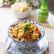 Kurczak słodko -kwaśny z warzywami i makaronem chow mein