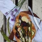 Podpłomyki z kozim serem i młodymi warzywami
