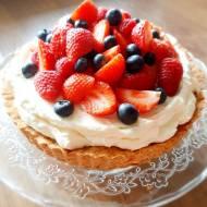 Tarta z kremem i owocami