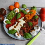 Sałatka z kolorowymi pomidorami, serem kozim i bundzem